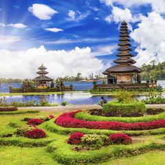 Fotobehang Indonesië spiritual Bali. Ulun Danu temple in lake