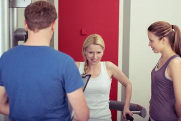 trainer berät eine frau im fitness-center