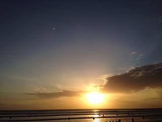 Atardece en una playa de Bali