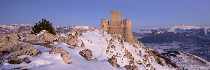 Fotobehang Kasteel Panoramic view of Rocca Calascio in winter time at sunset. Abruz