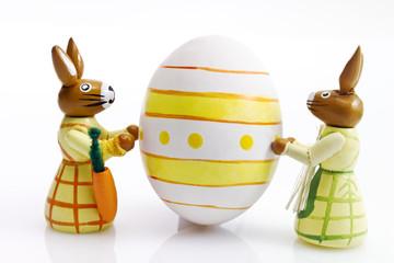 Osterhasen Figuren mit bemaltem Osterei