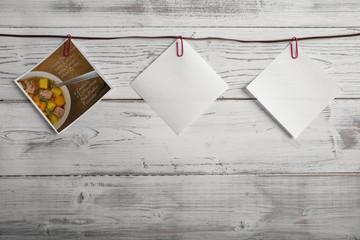 Rezept und zwei leere Zettel hängen an einem Band