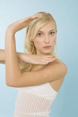 Blonde Frau gestikuliert, Portrait