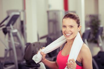 entspannte junge frau im fitnessstudio
