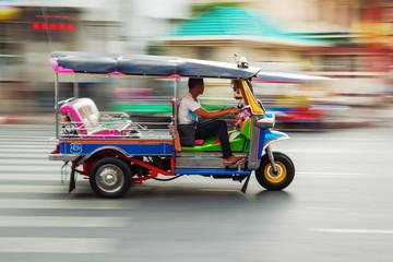 Poster Bangkok Tuktuk aus Thailand in Bewegungsunschärfe