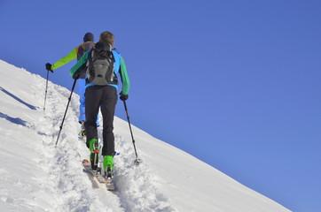 Zwei Männer auf Skitour im Aufstieg