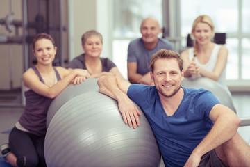 trainer mit einer gruppe im fitness-studio