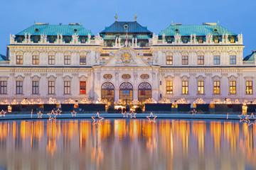Fond de hotte en verre imprimé Vienne Vienna - Belvedere palace at the christmas market in dusk