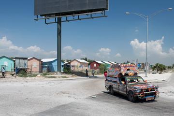 Tap-Tap vor Notunterkünften, Port-au-Prince, Haiti
