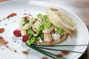 Panini mit dicken Bohnen, Salat,Schafskäse und Himbeeren