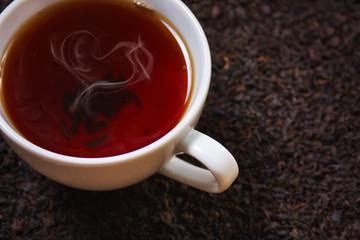 Чашка горячего черного чая