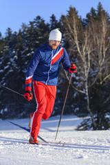 Sportlich unterwegs auf Langlauf-Skiern