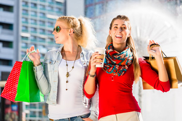 Frauen beim Einkaufen in der Stadt mit Tüten