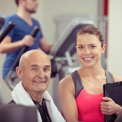 senior im fitness-studio
