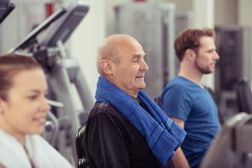 senior trainiert ausdauer im fitness-studio