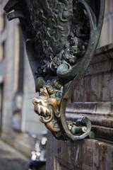 Abgegriffener Löwenkopf am Eingang der Residenz