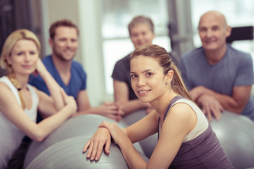 lächelnde frau trainiert in einer gruppe