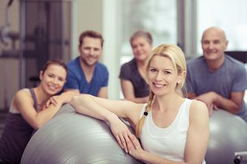 lächelnde blonde frau im fitness-kurs