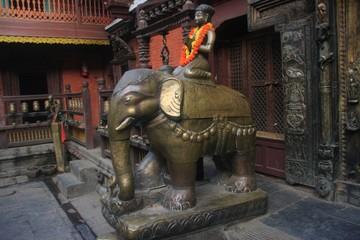 éléphants dorés dans le golden temple de Patan