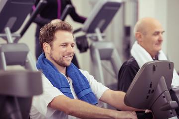 menschen trainieren im fitness-center