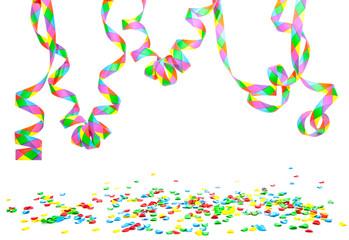 Konfetti und Luftschlangen vor weißem Hintergrund