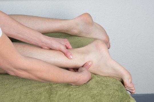 Point acupression chevilles et malléole massage du pied d'un homme