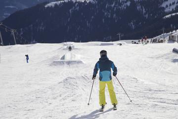 Skifahrer auf einer Skipiste in den Alpen