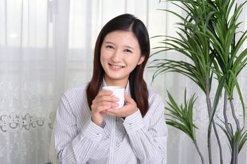 お茶を飲み寛ぐ女性