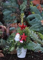 Weihnachtsgesteck auf dem Friedhof