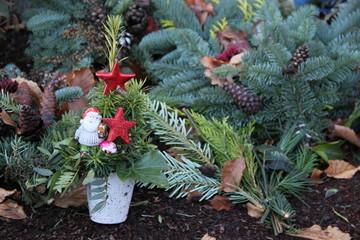 Weihnachtsdekoration auf dem Friedhof