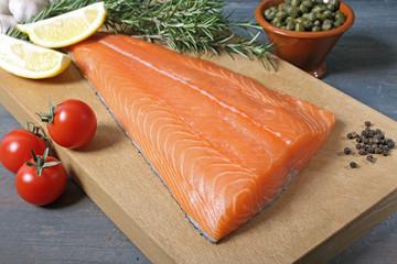 filetto di salmone su sfondo grigio