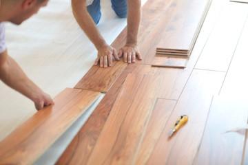 Obraz Installing laminate flooring - fototapety do salonu