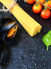Spaghetti with mussels, tomatoes and basil