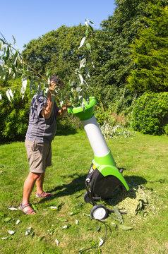 Homme utilisant un broyeur de végétaux