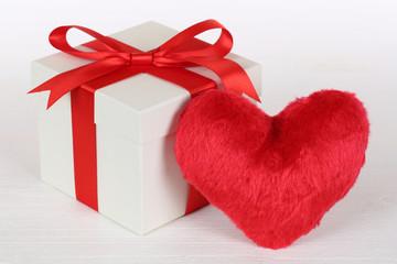 Geschenk und Herz Thema Liebe für Geschenke zum Muttertag oder
