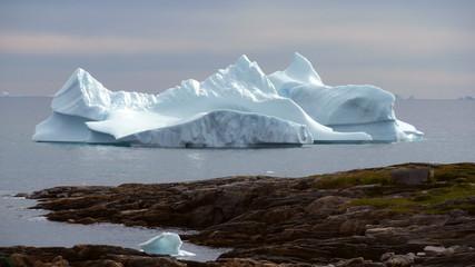 Eisberg vor Land