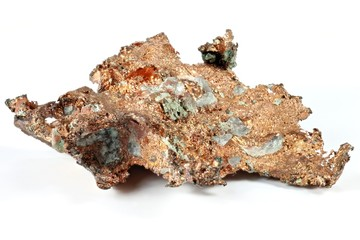 Kupfernugget isoliert auf weißem Hintergrund