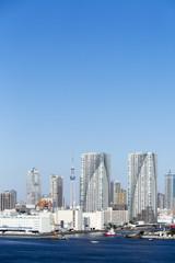 青い空と青い海の東京都市全景イメージ 東京スカイツリーと開発ラッシュの晴海地区