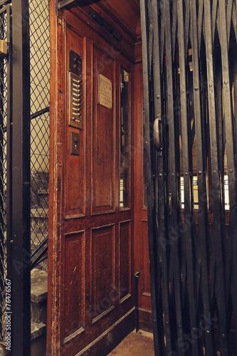 ascenseur ancien photo libre de droits sur la banque d 39 images image 76476567. Black Bedroom Furniture Sets. Home Design Ideas