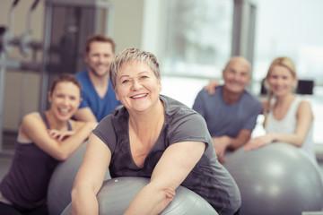 ältere frau trainiert in einer gruppe