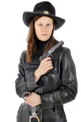 Frau in Sheriff Kostüm mit Pistole und Handschellen