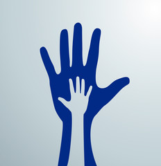 Silueta de mano sobre mano en señal de ayuda. Caridad.