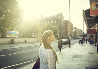 Fotomurales - young woman on street of London