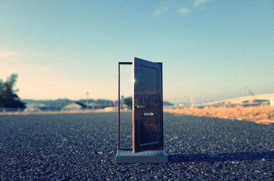 路上に置かれたドア