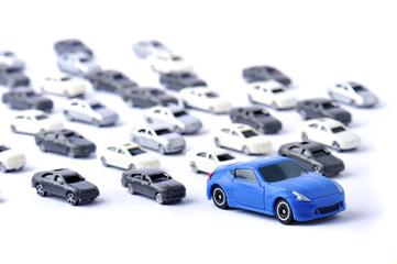 大量の車と青いスポーツカー