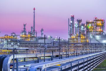 Poster Industrial geb. Twilight of industrial petroleum plant