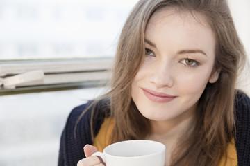 Junge Frau mit Kaffeetasse
