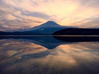 夕暮の富士山と山中湖