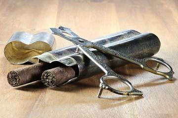 Zigarren mit Etui und Schere auf Holztisch