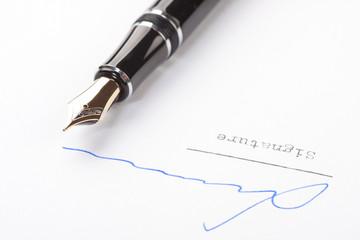 Unterschrift auf weissem Papier